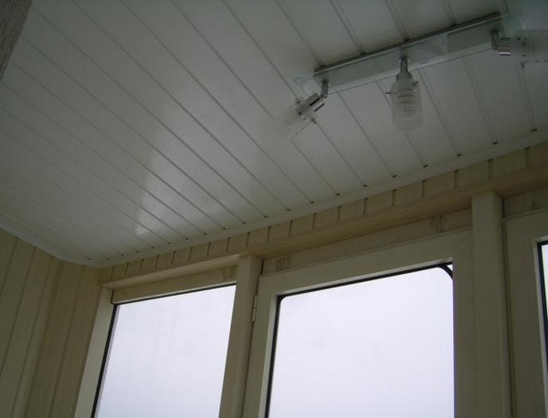 Как обшить потолок пластиковыми панелями: монтаж на балко....
