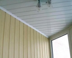 Отделка потолка балкона пластиковыми панелями
