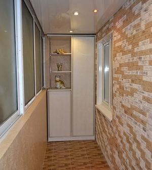 отделка стен балкона камней