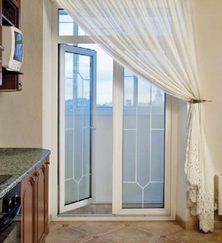 Шторы на окно с балконной дверью: оформление для зала, спаль.