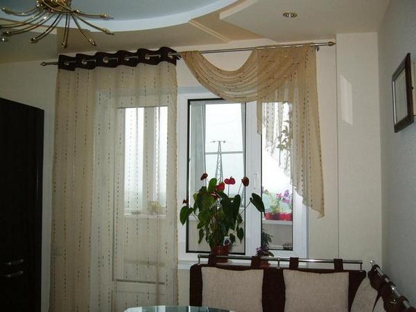 занавески в зале с балконной дверью