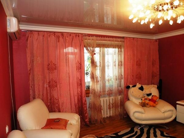 легкие шторы в зале с балконом