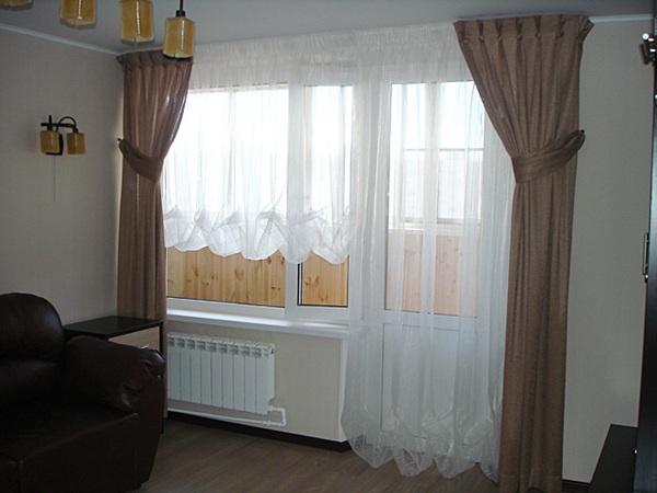 оформление окна с балконной дверью в зале