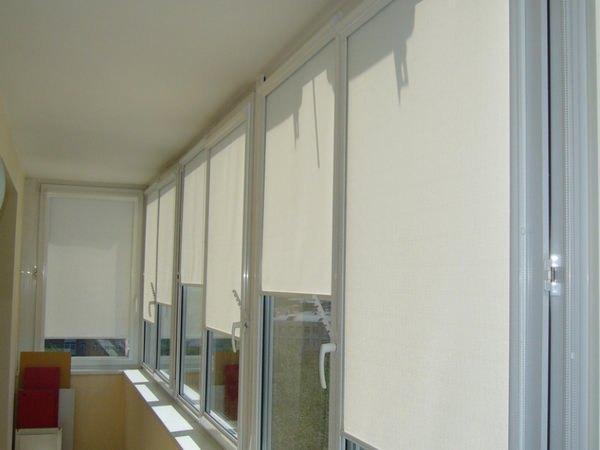 рулонные жалюзи на балконе