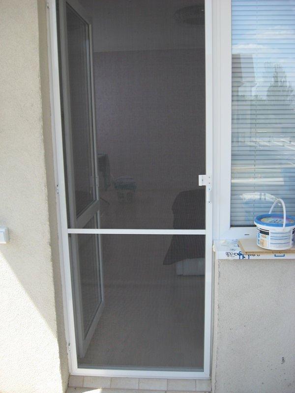 Как установить маскитку на балконную дверь.
