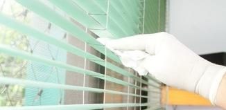 как помыть жалюзи не снимая с окон