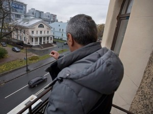 Можно ли курить на балконе: закон, курящие соседи, что делать
