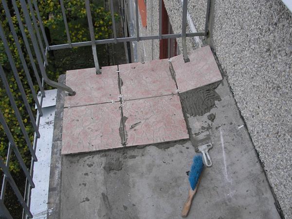 чем покрыть пол на балконе
