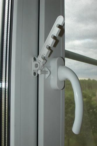 ограничитель пластикового окна